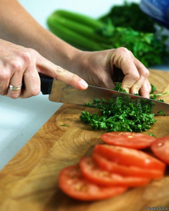 No conviene utilizar la misma tabla para alimentos cocinados y crudos.