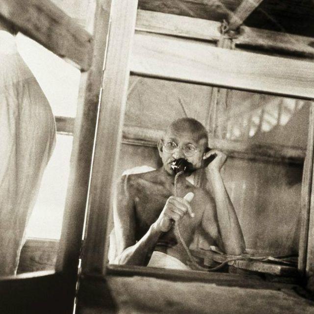 Mahatmat Ghandi à l'air un peu anxieux en passant un coup de fil depuis son bureau dans le village de Sevagram, dans l'Etat de Maharashtra en 1938.