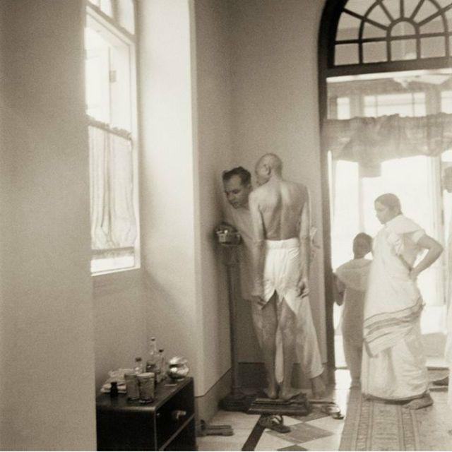 Ici, Ghandi monte sur une balance pour se faire peser à Birla House, à Bombay en 1945, aujourd'hui Mumbai.