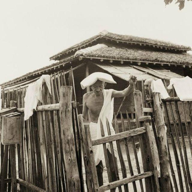 Sur cette photo, Ghandi se trouve à la porte de son bureau-cabane à Sevagram Ashram en 1940. Le grand leader indien se protège la tête avec un coussin contre la forte chaleur sévissant dans la région.
