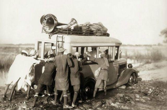 Des membres du Congrès poussent un véhicule embourbé dans lequel se trouvait Ghandi dans les provinces du nord-ouest en 1938.