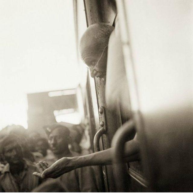 Il y a enfin cette photo de Ghandi en train de faire une campagne de collecte de fonds pour les intouchables. Une campagne de trois mois qui l'avait conduit dans le Bengale, Assam et dans le sud de l'Inde en 1945-46.