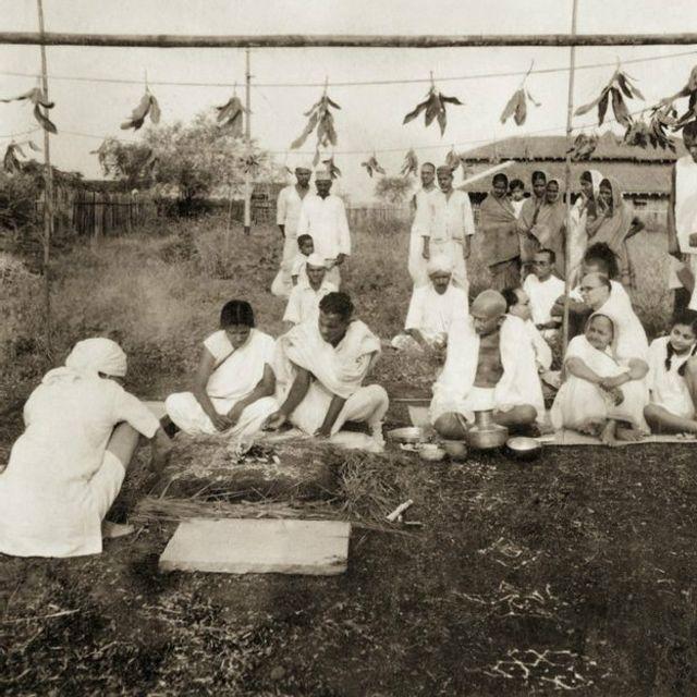 """Ghandi et sa femme Kasturba assistent à une cérémonie de mariage entre un chrétien et une femme intouchable à Sevagram Ashram, en 1940. Les intouchables, de leur vrai nom, les Dalits ou Harijans  sont considérés à proprement parler comme """"hors du système des castes"""" au même titre que les populations aborigènes ou les étrangers."""