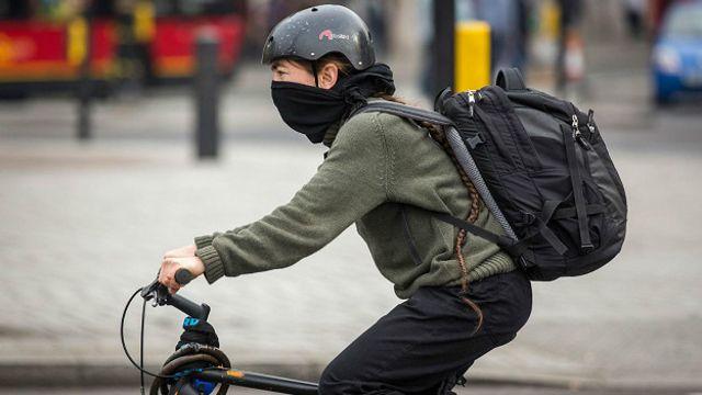 Велосипедист во время смога в апреле 2014 года, когда концентрация двуокиси азота в воздухе была особенно высока