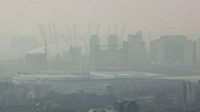 Смог над зданием 02 Arena в Лондоне в апреле 2014 года