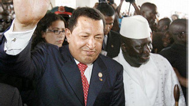 El expresidente de Venezuela Hugo Chávez y el presidente de Gambia