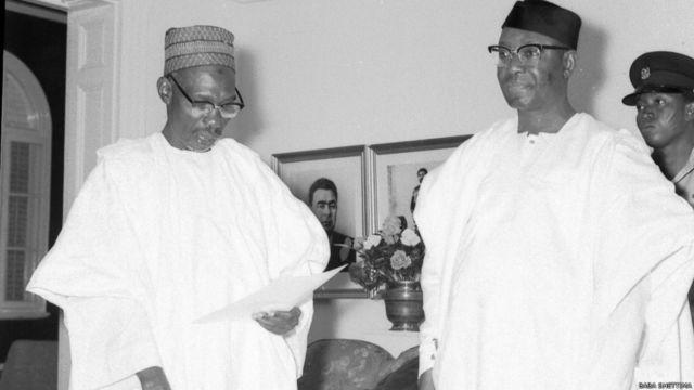 Tsohon shugaban kasa, Nnamdi Azikwe na rantsar da Firai minista, Abubakar Tafawa Balewa a shekarar 1964.