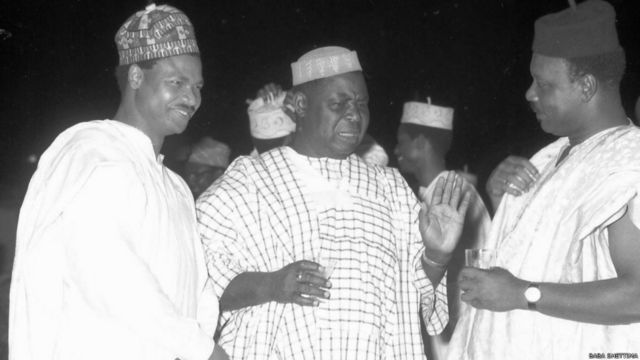 Birgediya Janar Zakariya Maimalari da Cif Okotie-Eboh da kuma Janar Aguyi-Ironsi a lokacin liyafa a Lagos a shekarar 1966.