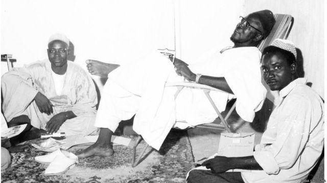Firimiya Ahmadu Bello, Sardaunan Sokoto tare da ma'aikatansa A Lemu da kuma M. Attah. Wannan ne hoto na karshe da aka dauke shi kafin a kashe shi.