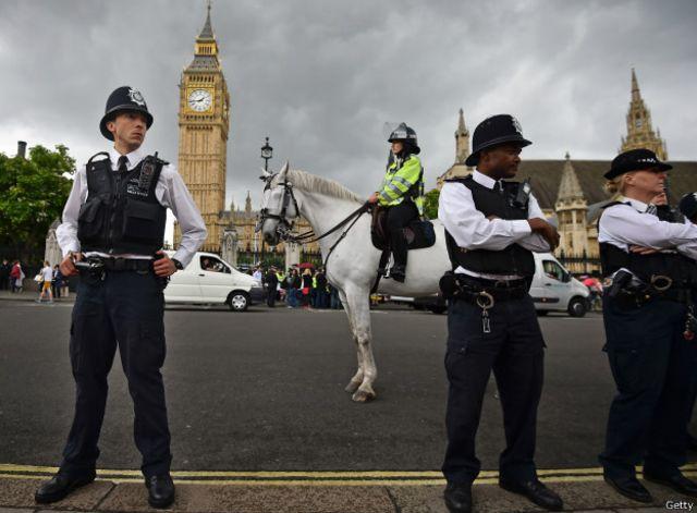 La policía metropolitana de Gran Bretaña no lleva pistola.