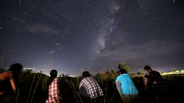 Gente mirando un cielo estrellado