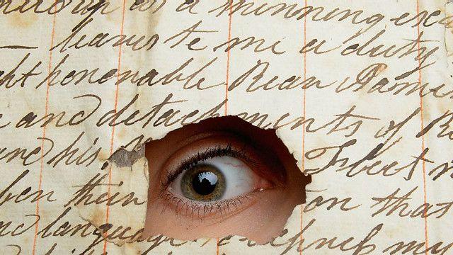 La gente cuya escritura se inclina hacia adelante, usualmente está interesada en conectarse con el mundo exterior y necesita estar involucrada con él. Generalmente son considerados extrovertidos.