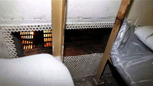 Tù nhân đã cắt lưới sắt để thoát ra khỏi phòng giam