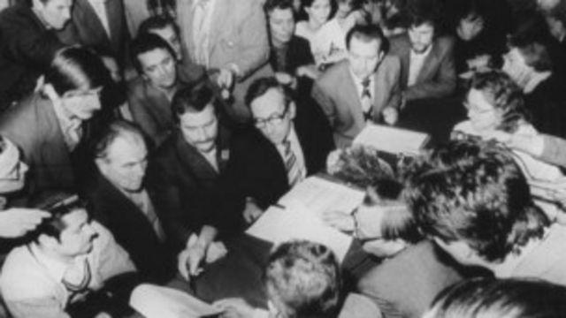 စည်းလုံးညီညွတ်ရေးပါတီဝင် နိုင်ငံရေးသမားတွေနဲ့အတူ ၁၉၈၉ ခုနှစ် ဆွေးနွေးပွဲမှာ တွေ့ရတဲ့ Tadesusz Mazowiecki (မျက်မှန်တပ်ထားသူ)