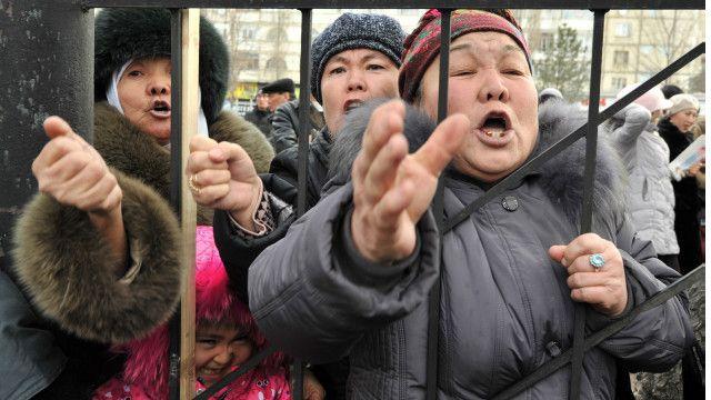 Кыргызстанда өткөн нааразылык акцияларынан бир көрүнүш. Январь, 2013-жыл.