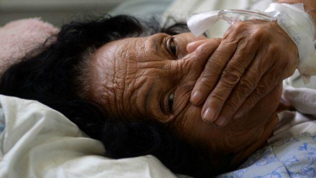 El Salvador es uno de los países afectados por el zika y que ha reportado el aumento de casos de Guillain-Barré. En la imagen, una paciente con el síndrome ingresada en el hospital Rosales de la capital, San Salvador.