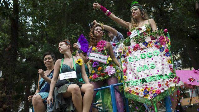 Bloco feminista no Rio ironizou o machismo com fantasias e cartazes