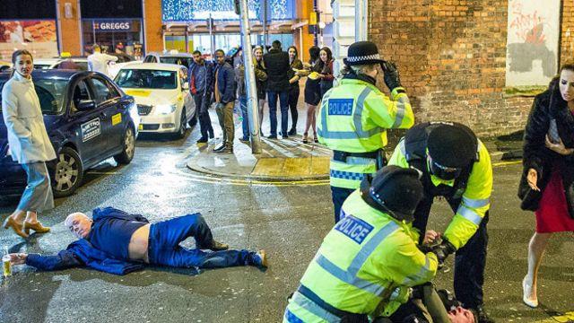 Пьяные на улице Манчестера