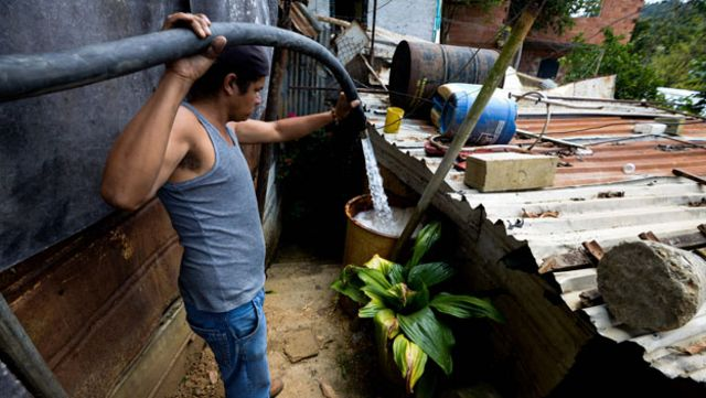 Venezolano llena su tanque