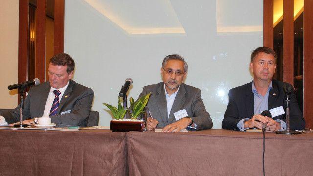 Dari kiri ke kanan, Adrian Short, Moazzam Malik, dan Ulf Backlund.