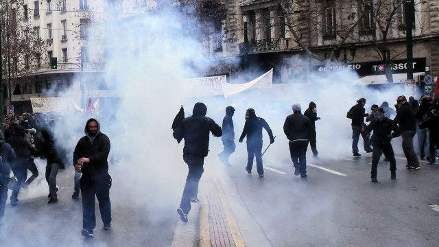 部分蒙面示威者在國會與市中心與警方衝突,防暴警察施放催淚彈及震撼彈控制場面。