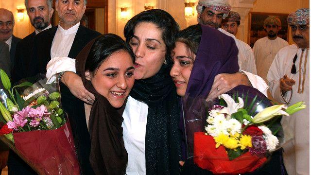 شهرزاد میرقلیخان در کنار فرزندانش بعد از آزادی از زندان و بازگشت به ایران