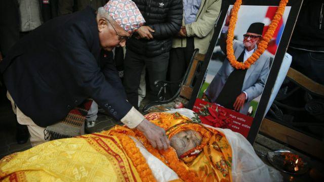 मंगलबार बिहान काठमाण्डू महाराजगञ्जस्थित निवासमा सुशील कोइरालाको  निधन भएपछि उनीप्रति सम्मान र श्रद्धाञ्जली व्यक्त गर्न प्रधानमन्त्री केपी ओली लगायतका नेताहरु पुगेका थिए। फोटो: इपीए/नरेन्द्र श्रेष्ठ