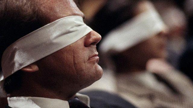 Мужчина с завязанными глазами