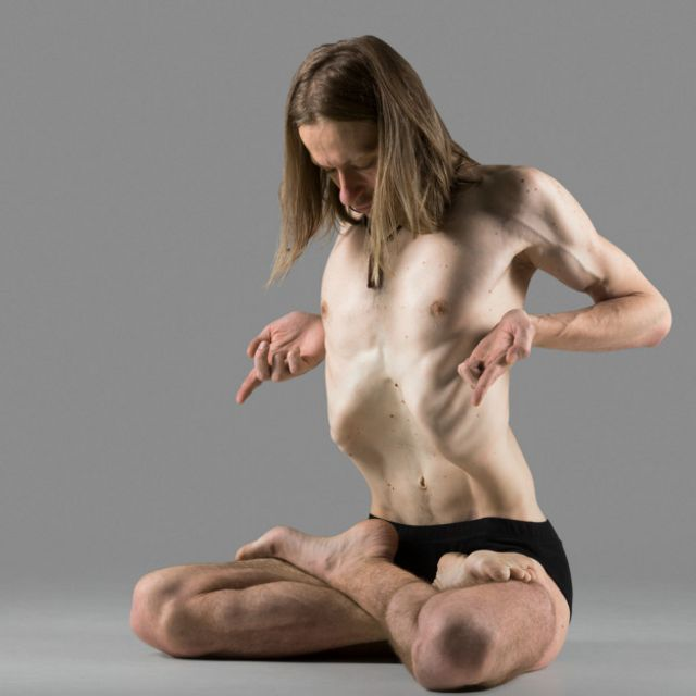Con los ejercicios hipopresivos se contiene la respiración y y se tensa el abdomen en posturas similares al yoga.