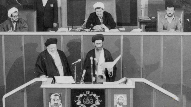 نامه مصطفی رحیمی به آیت الله خمینی هم درسنامه ای است برای انقلابیونی که خواستار دموکراسی اند، هم شیوه نامه ای است برای انقلابیون ضد دموکراسی تا بدانند از چه باید اجتناب کنند. برخلاف آنچه رحیمی می پنداشت، رهبری انقلاب به دست گروه دوم بود.