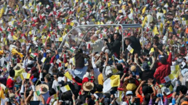 Le pape fendant la foule à Ecatepec, Mexique.
