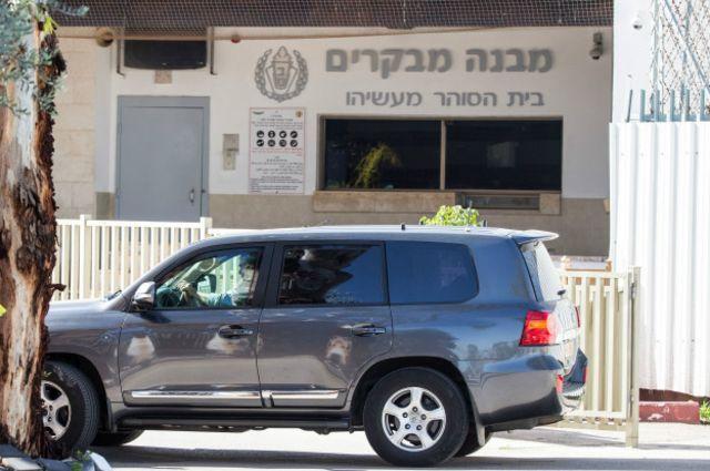 "Машина Ольмерта перед тюрьмой ""Маасиягу"""