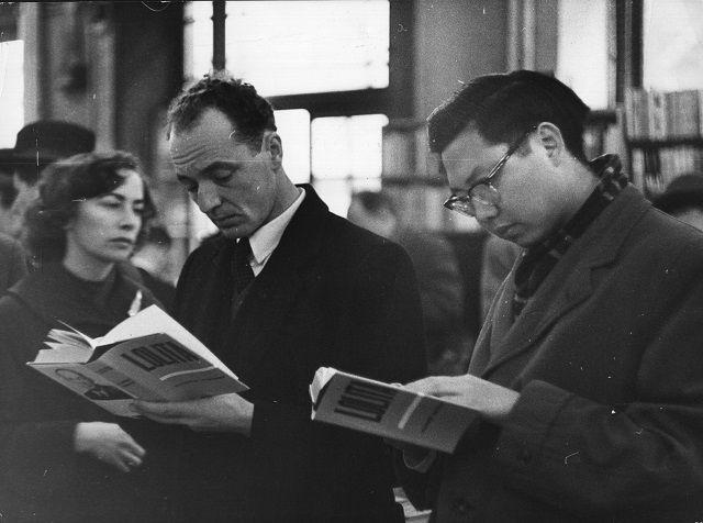 """Dos hombres leen una edición de la novela """"Lolita"""""""