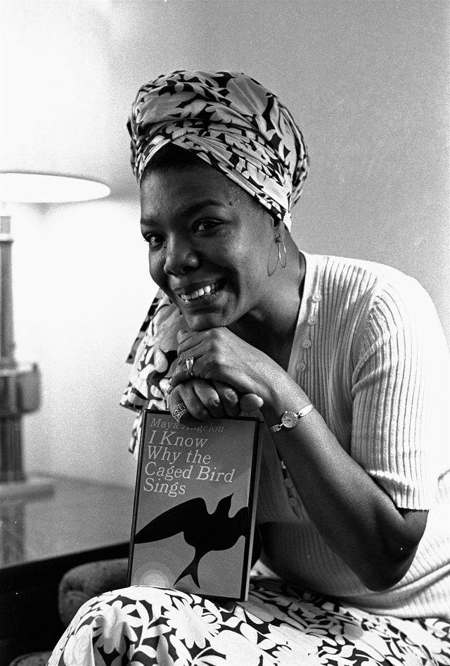 La autora Maya Angelou posa con su autobiografía