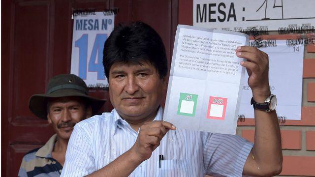 Evo Morales con la papeleta