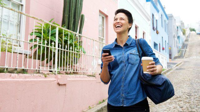 Una mujer sonríe mientras pasea