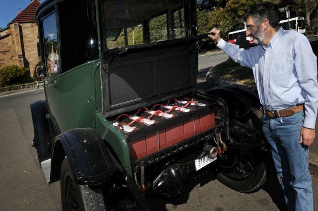 O colecionador Bill Lloyd mostra o motor que move esse carro elétrico do começo do século 20.