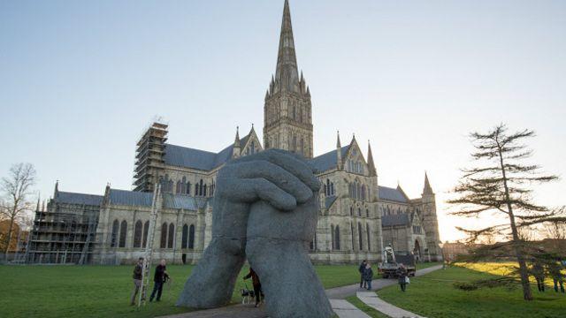 La escultura frente a la Catedral de Salisbury es parte de una exposición artísitica, y la idea era que la gente pudiera caminar entre las manos.