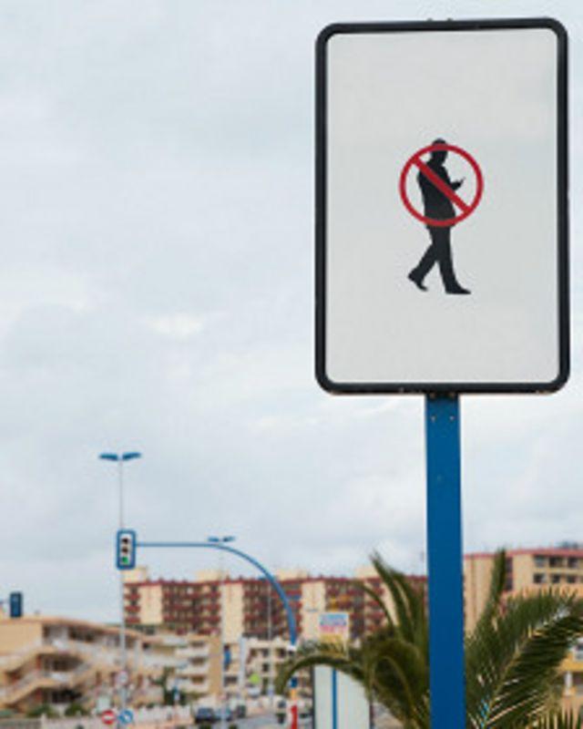 El problema con las señales para advertir sobre el riesgo es que los smombies no los ven, por andar distraidos.
