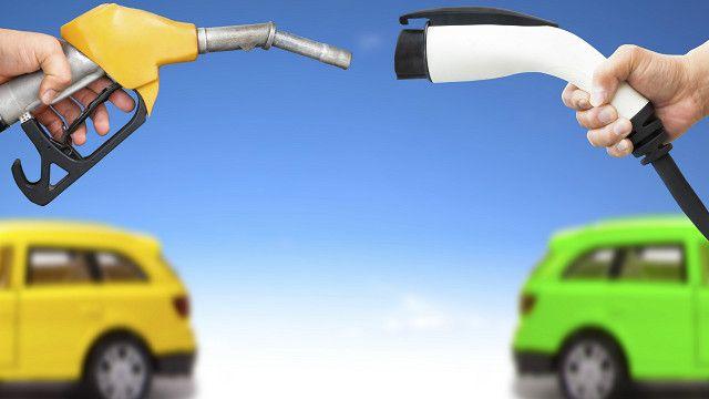 Sabia que não é a primeira vez que gasolina e eletricidade se enfrentam?