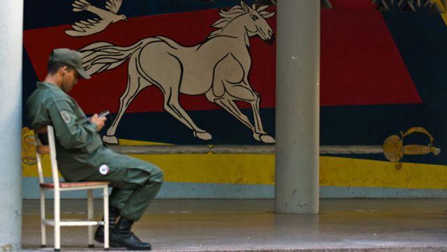 Guardia Nacional con su celular