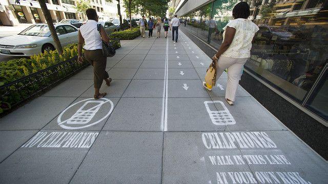 En Washington, en 2014, un programa de televisión hizo un experimento dividiendo los andenes para que los smombies caminaran separados.