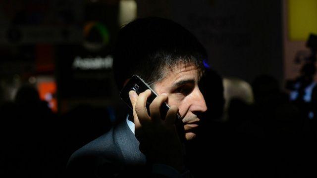 Persona hablando por teléfono