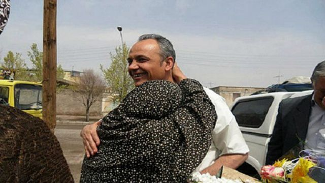 احمد زیدآبادی در سیرجان در دوران مرخصی نوروزی سال ۹۱ در آغوش خواهر...