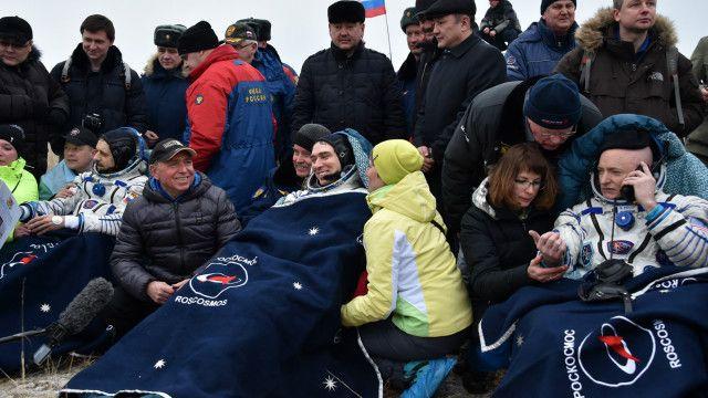 Космонавты Михаил Корниенко, Сергей Волков и Скотт Келли (слева направо) после приземления
