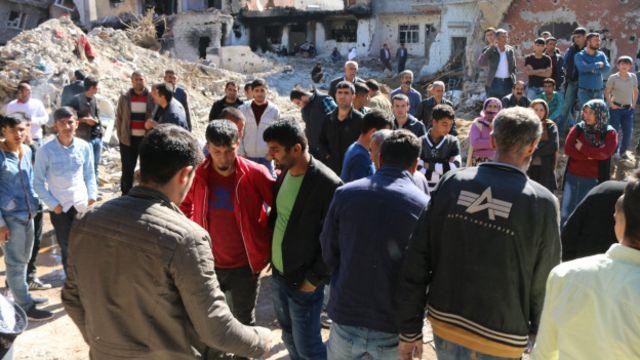 Bir binada ceset bulunması üzerine bina önünde toplanan Cizreliler.