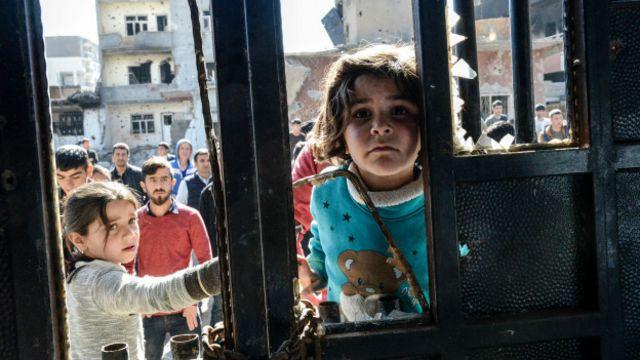 AFP fotomuhabiri İlyas Akengin'in çektiği bu fotoğrafta görülen çocuk, Cizre'deki bir evde bulunan cesede bakıyor.