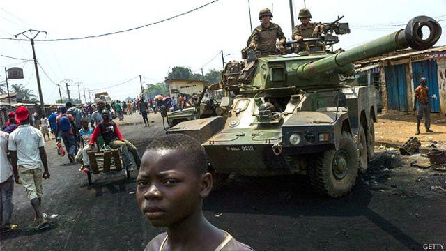 Soldado con el característico casco azul usado por tropas en misiones de la ONU