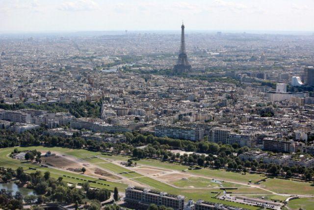 2009年7月14日的巴黎航拍图片显示的埃菲尔铁塔和珑骧马场(前景)(图片来源:getty)