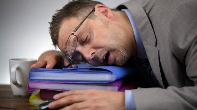 """يرى روينبيرغ أن التعارض بين ساعات العمل وساعات الجسم البيولوجية بالإضافة إلى ضغط العمل لزيادة الانتاجية يجعل الأشخاص يعانون مما يسمى بـ""""الاضطراب الاجتماعي"""""""